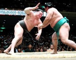 白鵬(左)がはたき込みで嘉風に敗れる(17日、両国国技館)