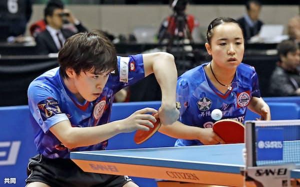 混合ダブルスで準決勝進出を決めた森薗(左)、伊藤組(17日、東京体育館)=共同