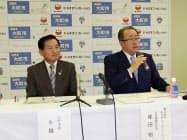 工場新設について記者会見するみすずコーポレーションの塚田社長(右)と大町市の牛越市長(17日、大町市内)
