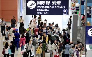 外国人客らで混雑する関西空港の到着ロビー