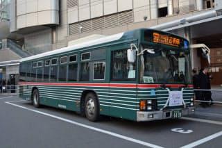 昭和30年代のデザインを再現した市バス「ゼブラバス」は大阪市内で7台走っている(昨年12月、大阪駅前)