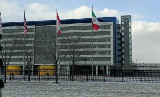 デトロイト近郊にあるゼネラル・モーターズ(GM)の開発拠点。星条旗とともにカナダとメキシコの国旗がはためく。