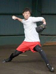 自主トレで投球練習するソフトバンク・岩崎(18日、宮崎市)=共同