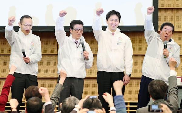 気勢を上げる(左から)京都大の山中教授、松井大阪府知事、吉村大阪市長ら(18日、大阪市北区)