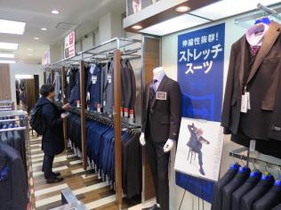紳士服専門店ではストレッチスーツの売り場が目立つ(東京・豊島の洋服の青山池袋東口総本店)