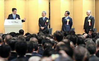 安倍首相(左)は1800人の経済人に向かって3%の賃上げ実行を懇々と説いた(5日、都内のホテル)
