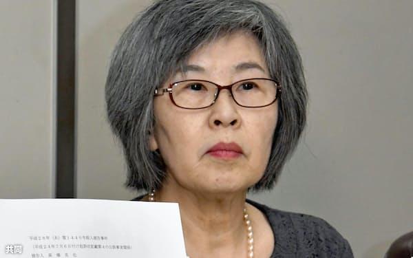 オウム真理教を巡る事件の全ての裁判が終了し、記者会見する高橋シズヱさん(19日、東京・霞が関の司法記者クラブ)=共同