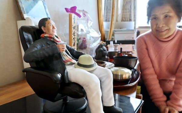一緒に旅行したときの夫の姿を再現した「遺人形」を見つめる河合米子さん(愛知県豊田市)