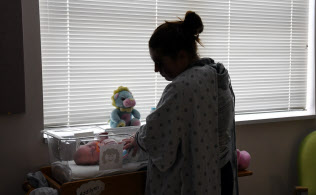 薬物中毒の母親から生まれ、禁断症状をみせる生後2カ月の赤ちゃん。刺激に敏感なため、照明を落とした薄暗い専用病棟で治療を受ける(米ウェストバージニア州ハンティントン)