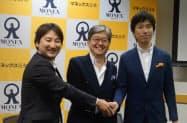 提携で記者会見したHEROZの林CEO(左)とマネックス証券の松本社長(中央)=2017年12月