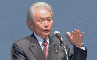 労使フォーラムで講演する経団連の榊原会長(22日午前、東京・大手町)