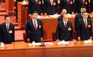 憲法に設置根拠が記される国家監察委員会の誕生で李克強首相(右)が率いる国務院(政府)の権威は低下しかねない(17年10月の共産党大会で)