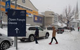 例年より雪が積もる中、会議の準備が着々と進んでいる(21日、ダボス)