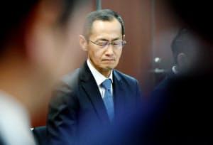 記者会見で厳しい表情を見せる京都大学iPS細胞研究所の山中所長(22日午後、京都市左京区)