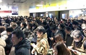改札が閉鎖され混雑する西武池袋線池袋駅(22日午後、東京都豊島区)