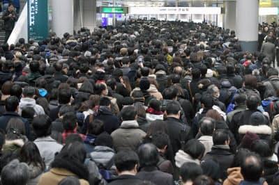 改札が閉鎖され混雑する京王井の頭線渋谷駅(22日午後、東京都渋谷区)