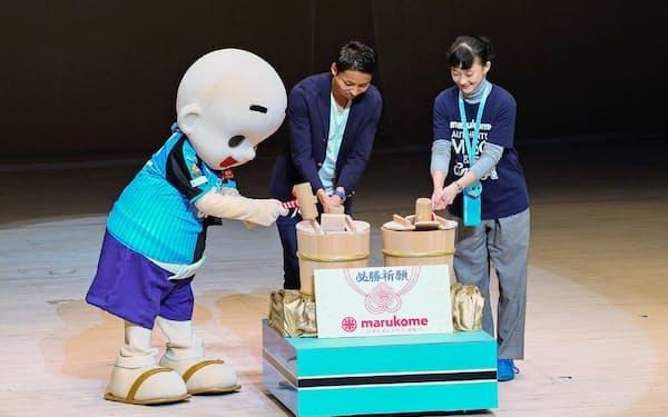 小林悠選手(中)らとマルコメ君が味噌樽開きで必勝を祈願した