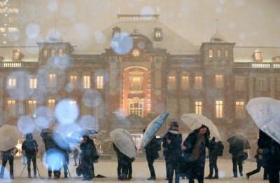 雪に煙る東京駅丸の内駅舎(22日午後、JR東京駅前)