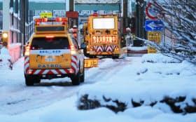 降り積もった雪が残る首都高速の山手トンネル入り口付近(23日午前、東京都渋谷区)