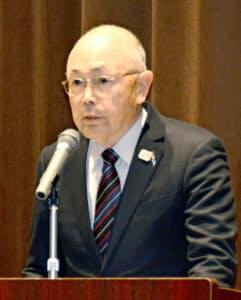 スポーツ庁が開いた緊急会合で、薬物混入問題について謝罪する日本カヌー連盟の成田昌憲会長=共同