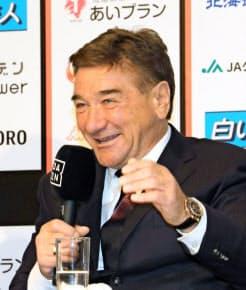 就任会見で笑顔を見せる札幌のペトロビッチ新監督=共同