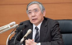 金融政策決定会合を終え、記者会見する日銀の黒田総裁(23日午後、日銀本店)