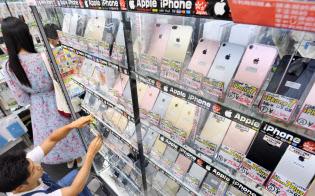 iPhoneは中古スマホ店でも主力商品だ(東京・秋葉原のイオシス アキバ中央通店)
