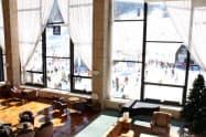 リモートワークのイベントを開くホテルタングラムのラウンジ。窓の外はスキー場(信濃町)
