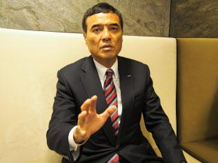 ダボス会議でインタビューに応じる新浪社長