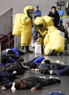 千葉市の幕張メッセで行われたテロ対策訓練(24日午前)=共同