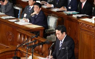 衆院本会議で立憲民主党の枝野代表の質問を聞く安倍首相(24日午後)
