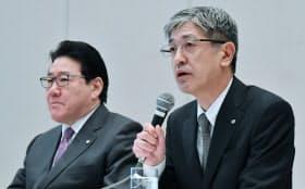 日本航空の社長に就任する赤坂常務執行役員(右)と会長に就任する植木社長(24日午後、東京都品川区)