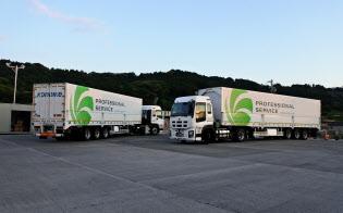 中継拠点で大型トラックの荷台を載せ替える(鴻池運輸の静岡の中継拠点)