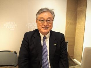 ダボス会議でインタビューに応じる日立製作所の東原社長
