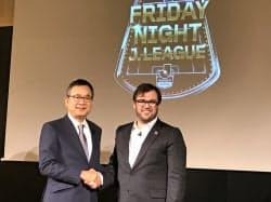 Jリーグの村井チェアマン(左)と握手するDAZNのラシュトンCEO(右)