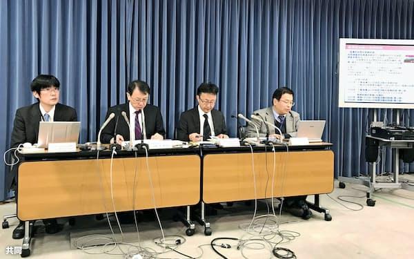 長期評価の内容を説明する平田直・地震調査委員長(左から2人目)ら(文科省)=共同