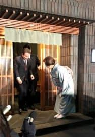 首相と2人での会食を終え店から出てくる岸田政調会長(25日)