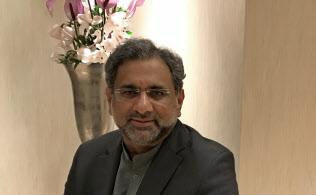 スイス・ダボスでインタビューに応じるパキスタンのアバシ首相