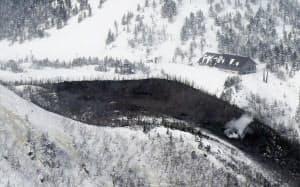 噴火した本白根山の山肌にあいた複数の穴(23日、群馬県草津町)=共同