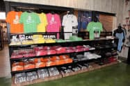 Tシャツの売り上げはグッズ全体の2割を占める(球場横の公式ショップ)