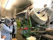 高知市の酔鯨酒造で酒造りを取材する海外記者ら(26日)