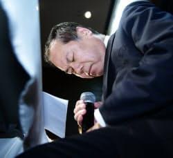 記者会見で謝罪する「はれのひ」の篠崎洋一郎社長(26日午後、横浜市中区)