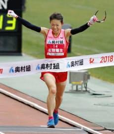 大阪国際女子マラソンで2時間22分44秒で初優勝した松田瑞生(28日、大阪市のヤンマースタジアム長居)=共同