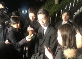 記者団の取材に応じるコインチェックの大塚雄介取締役(28日、東京・霞が関)