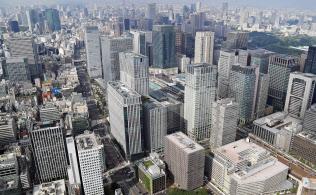 銀行のあふれた資金は不動産投融資に向かった(丸の内の高層ビル群)