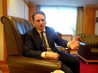 都内でインタビューに応じるクレヘンビュール国連救済事業機関(UNRWA)事務局長