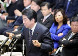 衆院予算委で答弁する安倍首相(29日午後)