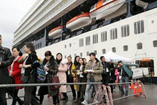クルーズ船から下りる外国人観光客(福岡市博多区の博多港)
