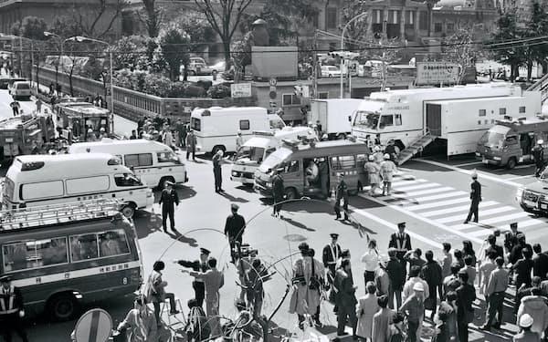 地下鉄サリン事件では13人が死亡し、6000人以上が負傷した(1995年3月20日、東京・築地駅付近)