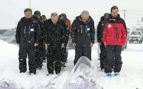 本白根山の噴火発生時刻に合わせ黙とうする草津国際スキー場の関係者ら(30日午前、群馬県草津町)